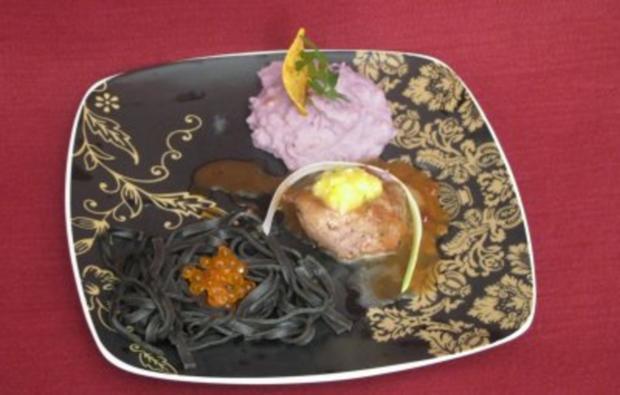Pfeffersteak mit Blaukartoffel-Püree in schwarzen Nudelnestern - Rezept