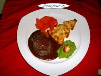 Rinderfilet an Rotweinchili-Schokoladensauce mit Erbsenpüree, Zuckermöhrchen Kartoffelbaum - Rezept