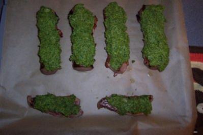 Rehrücken im Speckmantel unter einer Kräuterkruste überbacken an Serviettenknödeln - Rezept