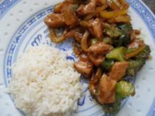 Gebratenes Hühnerfleisch mit Gemüse in Hoi-Sin-Sauce; scharf - Rezept