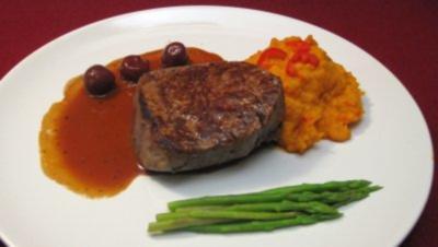 Rinderfilet auf Kirsch-Rotwein-Spiegel, dazu Süßkartoffelstampf u. Spargel - Rezept