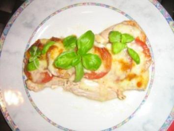 Rezept: Putenschnitzelchen unter einer Tomaten-Mozzarella-Kruste