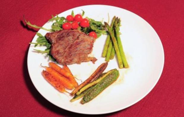 Rumpsteak auf Rucola, Tomaten- und Gurkensalat (Allegra Curtis) - Rezept