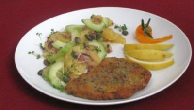 Filet von der Kalbsnuss in Panade an einem Bett von Kartoffel-Gurken-Salat - Rezept