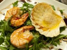 Jacobsmuscheln mit Parmesan überbacken, Rucola-Salat und Riesengarnelen (Kay Böger) - Rezept