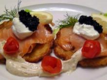 Kartoffelpuffer mit Lachs und Honig-Senf Schmand - Rezept