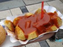 Berliner Currywurst mit Currysauce und Brötchen - Rezept