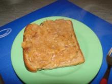 Geröstetes Brot mit Sauerkraut und mit Käse überbacken - Rezept