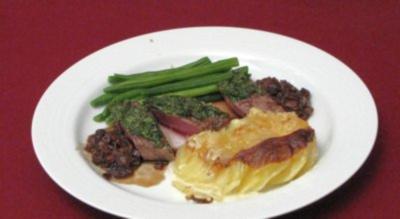 Lammfilet in Kräuterkruste mit Kartoffelgratin und grünen Bohnen an Steinpilzsoße - Rezept