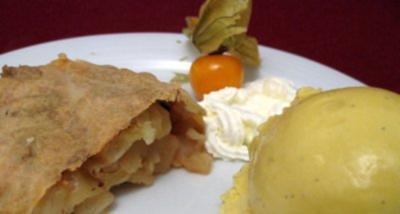 Apfelstrudel mit Vanilleeis und Sahne - Rezept