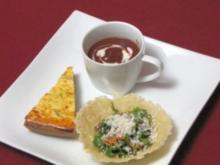 Oliven-Tarte, Rucola im Parmesankorb und Rote-Bete-Cappuccino - Rezept