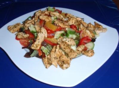 Bunter Salat mit Putenbruststreifen und einem fruchtigem Dressing - Rezept