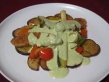 Zucchini-Quorn-Pfanne mit Quark-Leinöl-Soße, frischen Kräutern und Gemüse - Rezept
