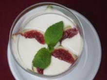 Rote Früchtchen auf weißer Creme mit grünen Kräutern - Rezept