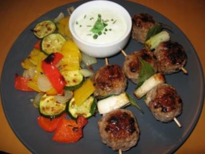 Balkan-Hackspieße mit gegrilltem Gemüse und Joghurt- Wasabi-Dip - Rezept