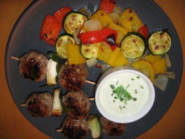 Balkan-Hackspieße mit gegrilltem Gemüse und Joghurt- Wasabi-Dip - Rezept - Bild Nr. 3