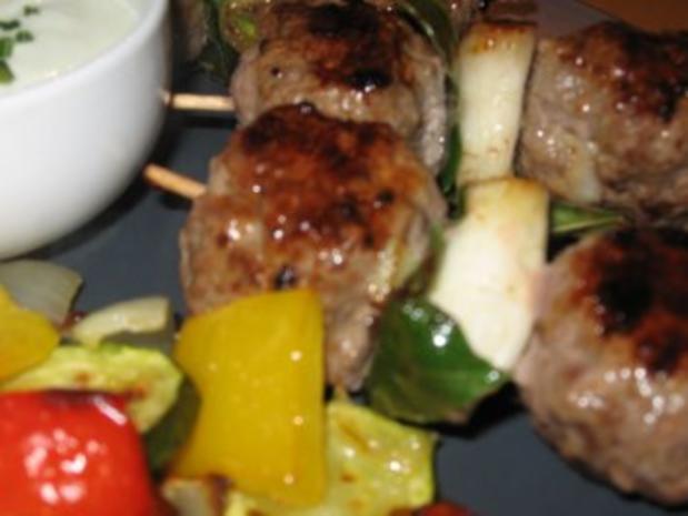 Balkan-Hackspieße mit gegrilltem Gemüse und Joghurt- Wasabi-Dip - Rezept - Bild Nr. 2