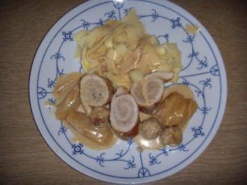 Schweineröllchen mit gedünsteten Zwiebel in Sahnesoße - Rezept