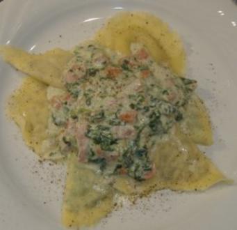 Ravioli mit Käse-Mandelfüllung und Spinat-Schinken-Sauce - Rezept