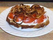 Smörebröd mit Tomate und Röstzwiebeln - Rezept
