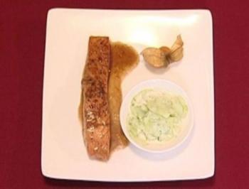 Lachs auf karamellisierter Honigsojasoße an Gurkensalat (Frank Schmidt) - Rezept