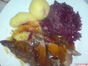 Wildschweinkeule mit Birnenrotkohl und Klöße gefüllt mit Preiselbeeren - Rezept