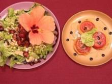 Erdbeerhühnchen auf frischem Salat mit Hibiscusblüten (Cosima Viola) - Rezept