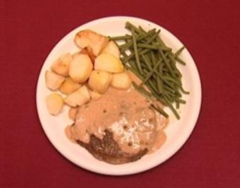 Steak mit gerösteten Kartoffeln und grünen Bohnen an Pfeffersoße (Benjamin Boyce) - Rezept