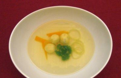 Klare Gemüsesuppe mit Basilikumklößchen und feinen Gemüsestreifen - Rezept