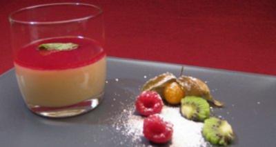 Mandelcreme eingebettet in pürierten Himbeeren mit frischem Obst - Rezept