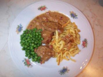 Schweinefilet in Weißwein-Sahnesoße mit Spätzle und Buttererbsen - Rezept