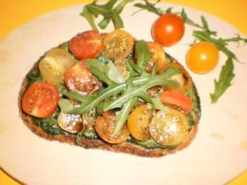 Rezept: Nussbrot mit Rucola-Aufstrich und Tomaten