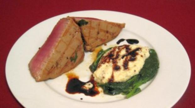 Basilikum-Tunfisch auf Senf-Kartoffelpüree an Blattspinat und Soja-Vinaigrette - Rezept