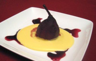Pochierte Birnen in Rotwein und Gewürzen mit Vanillesoße - Rezept