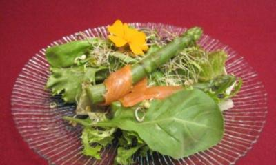 Sommersalate mit grünem Spargel und geräuchertem Lachs - Rezept