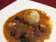 Wildschwein-Gulasch mit Armagnac-Pflaumen und Semmelknödeln - Rezept
