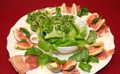 Feigen an Büffelmozzarella und Prosciutto di Parma an Blattsalat mit zwei Dressings - Rezept