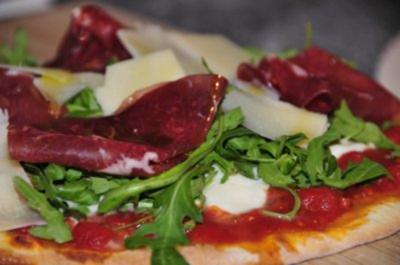 Pizza con Rucola Bresaola e Parmigiano - Rezept
