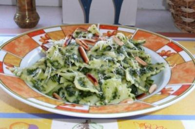 Pasta: Farfalle in Spinat-Sahnesoße und grösteten Pinienkernen. - Rezept