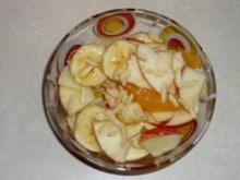Fruchtsalat mit Honigsauce und Mandeln - Rezept