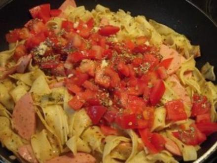Schnelle Nudelpfanne mit Tomaten, Kräutern und Käse - Rezept