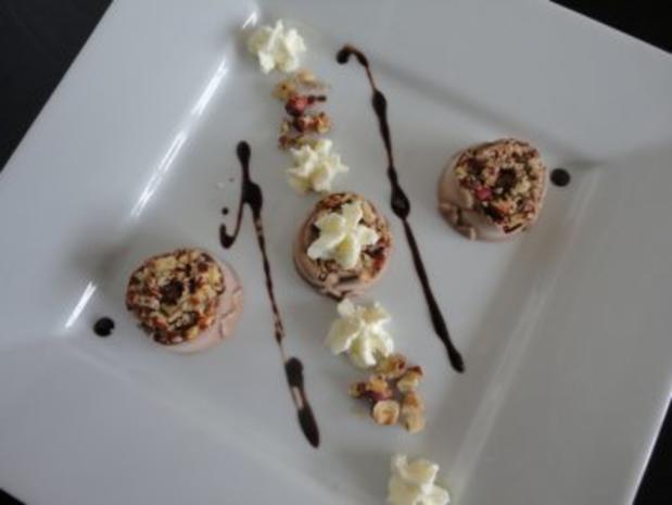 Haselnuß Eis mit  Knusper Nüßchen - Rezept