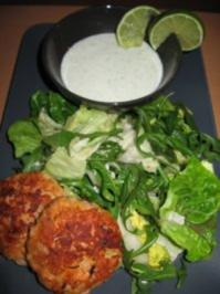 Lachsfrikadellen mit grünem Mischsalat und Selleriedipp - Rezept