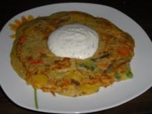 Vegetarisch: Gemüsepuffer mit Kräuter-Sour Cream - Rezept