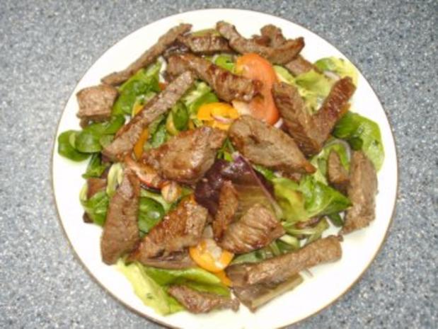 Steak-Streifen auf Salatbett - Rezept