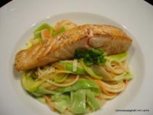 Gemüsespaghetti mit Lachs - Rezept