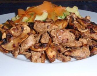 Gemüse-Nudeln mit gebratenen Filetstreifen und Champignons - Rezept