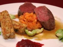 Rehfilet an Möhren-Stampf und Semmelknödel, dazu Rosenkohl und Cranberries - Rezept
