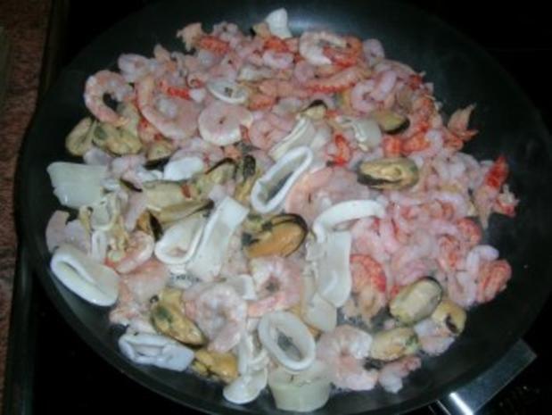 Meeresfrüchte-Cannelloni mit Safransoße, dazu italienischer Tomatensalat - Rezept - Bild Nr. 4