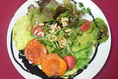 Bunter Salat mit gerösteten Pinienkernen und karamellisierten Aprikosen - Rezept
